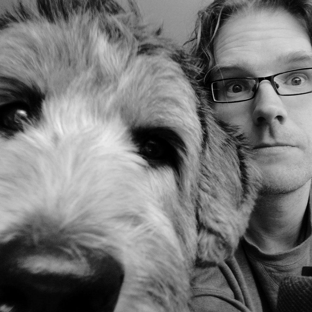hondenoppas en hond kijken in camera